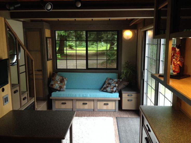 La estilizada sala de estar tiene ventanas grandes, adicionalmente el minimalismo japonés que reina en el lugar permite guardar mayor cantidad de cosas de forma compacta y armoniosa. Por ejemplo el sofá se despliega para convertirse en una cama doble, muy cómodo a la hora de recibir visitas.