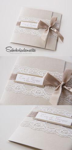 Eine edle Einladungskarte mit eleganter Spitze, exklusivem Papier und einem…