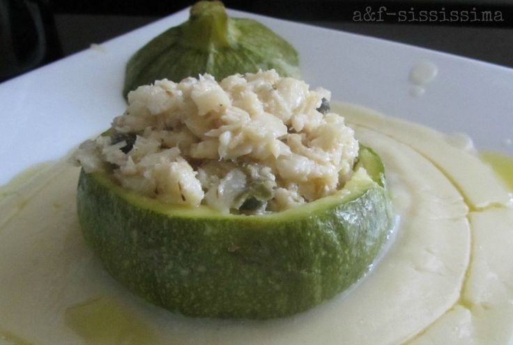 zucchina tonda ripiena di baccalà e mousse di patate su crema di ceci