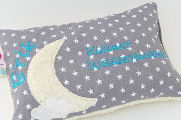 Das Fotobeispiel zeigt grauen Sternenstoff kombiniert mit türkisem Stickgarn, natürlich ist auch jede andere Farbkombination willkommen :-)  Knuffiges Minikissen / Kisslein / Kissen / Reisekissen...