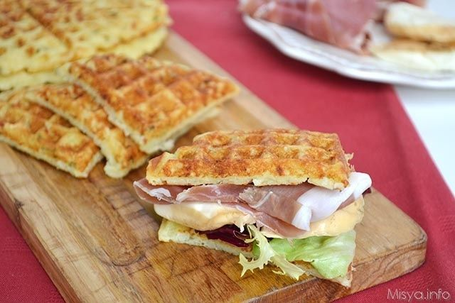 I waffle di patate sono un antipasto semplice e sfizioso da servire per un aperitivo o come spezza-fame. Si tratta di un impasto a base di uova,