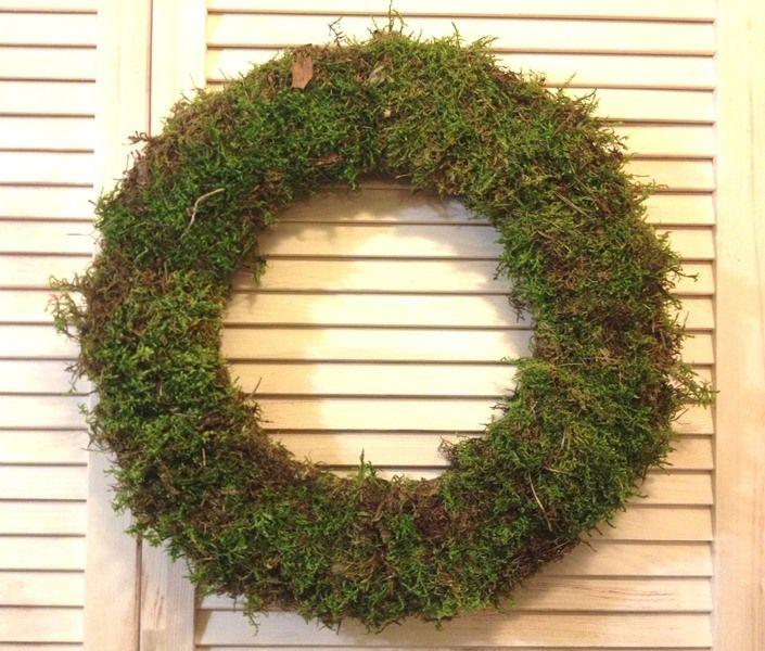 Венок из натурального мха, который можно дополнительно декорировать или повесить на широкую атласную ленту. Создать сказочную атмосферу приближающихся новогодних праздников Вам помогут наши рождественские венки ручной работы