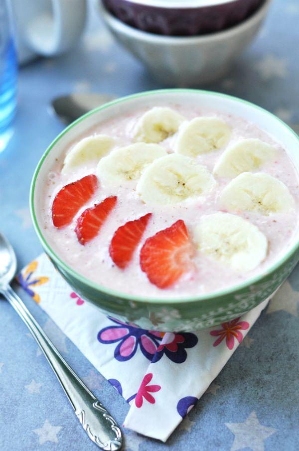 Epres-banános turmix-kása - a szuperreggeli Két egészséges reggelit ötvöztünk: a vitaminokban gazdag turmixot és a rostokban gazdag zabkását, amit ráadásul növényi itallal készítettünk, így nem csak laktózérzékenyek, hanem tejfehérje allergiások is indíthatják vele a napot.