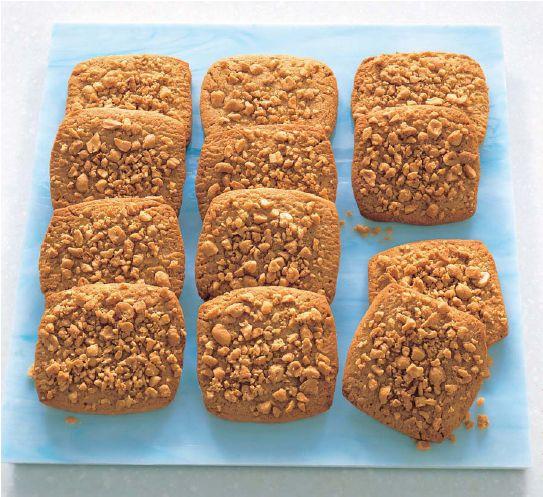 i biscotti proteici al burro d'arachidi si preparano senza stampini, ricchi di grassi buoni e addolciti con xilitolo, garantiscono un IG basso e un lungo senso di sazietà