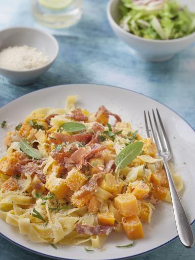 muscade, poivre, parmesan râpé, citrouille, bouillon de volaille, oignon, huile d'olive, ail, jambon, tagliatelle, crème fraîche épaisse, persil, sel