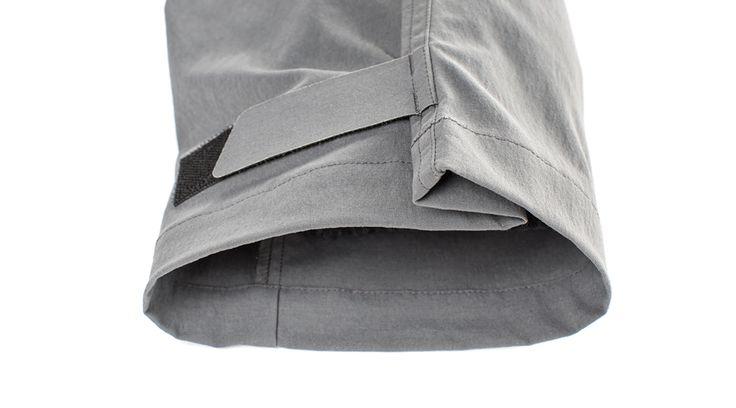 Klettverschluss an beiden Hosenbeinen.