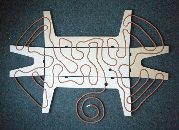 La panca-tavolino Rape Bench, di Yoav Reves (2010) sta insieme grazie a una corda passante nei buchi del legno compensato, come fosse una marionetta. Una funzionalità espressa con un segno grafico.