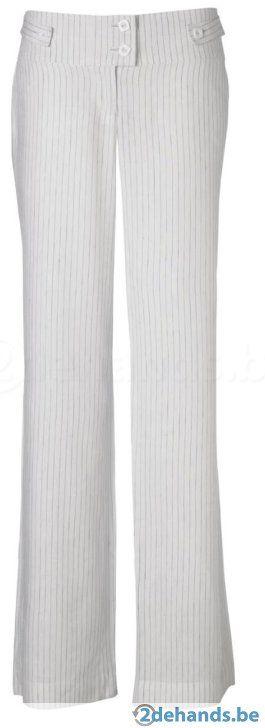 Witte deftige broek met grijze lijn. Amper gedragen. Afmetingen: Breedte (boven plat gemeten): +- 43cm Binnenpijplengte: +- 83cm Merk: New Look tall...