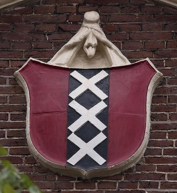 Karthuizerstraat 21 (in Karthuizerhof) - Gevelsteen met het wapen van Amsterdam by Vereniging Vrienden van Amsterdamse Gevelstenen
