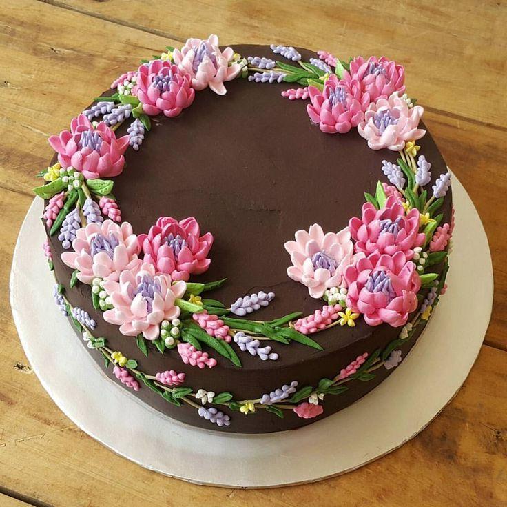 Dort čokoládový * narozeninový - zdobený barevnými krémovými květinami.