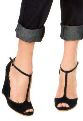 A Sandália Luiza Barcelos Salto Grosso Salomé preta é confeccionada em couro, com salto anabela de 10cm de altura.