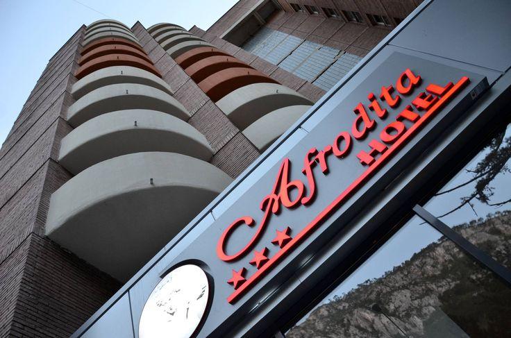 Preturi competitive - Creatie Rapida - Numar Nelimitat de Modificari - Creare Sigla Hotel - Design Grafic Personalizat - Vreau Pliant