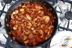 Donderdagavond, we hebben een etentje georganiseerd. Ik kies een typisch Italiaans recept, kip cacciatore (op jagerswijze), gewoon omdat het lekker is. Die doordeweekse diners geven altijd meer stress. We moeten rennen naar huis en snel iets lekkers op tafel toveren. Dit kan je een dag van tevoren