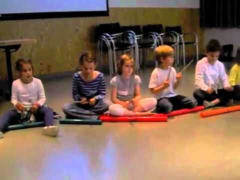 Twee filmpjes waarin je duidelijk ziet dat je ook met kleine kinderen al aan de slag kunt gaan met boomwhackers. Interessant om leerkrachten te overtuigen om met boomwhackers te werken in klas of om de leerlingen het enthousiasme te geven om ook een lied met boomwhackers te kunnen spelen.