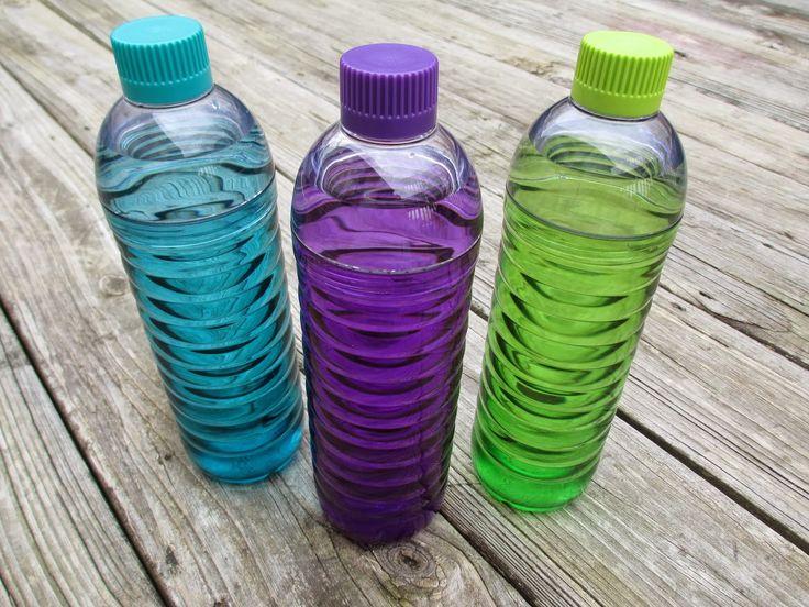 Egy palack számtalan funkcióval a Kitchytől. A duplacsavaros palack társaihoz hasonlóan többször használható, így búcsút intve az eldobható flakonoknak óvhatjuk általa a környezetet. Emellett BPA mentes és bárhol stabilan megáll, így nem kell félni a borulásoktól. 0,9 literes űrtartalma lehetővé teszi, hogy nagyobb mennyiségű folyadékot is szállíthassunk benne. #BPA-free #kitchydesign #ecofriendly #watertogo