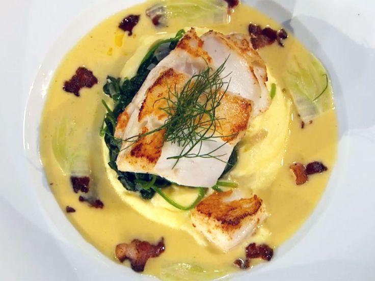 Smörstekt torskrygg med potatispuré, fänkålsflarn, bacon och vitvinssås   Recept från Köket.se
