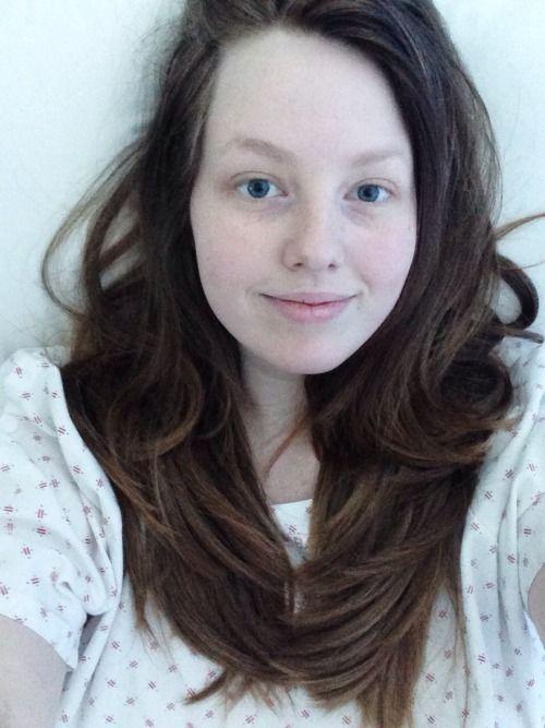 Вот и # 8217; са Tumblr эксклюзивный Селфи меня, лежащего в больничной койке, одетая в больничный халат, потому что я и # 8217; ве достигли истинного пика скуки.  Посмотрите на мои сумасшедшие глаза.  Я и # 8217; ве сошел с ума, убежище & # 8217;?! Т I ??