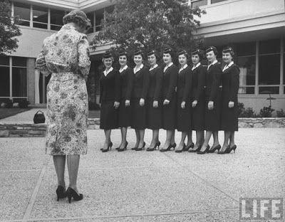 Las azafatas... las primeras... las de los años 50... aprendiendo el 'glamour'  Peter Stackpole http://loquevelacamara.blogspot.com.es/