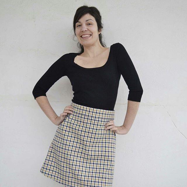 Ολοκλήρωσα το αγαπημένο μου βιβλίο, Love at First Stitch, με αυτή τη φούστα και της έβαλα και τσεπες. Αλλά τί τσέπες! 😊 Διαβάστε το αναλυτικό tutorial που ετοίμασα, για να φτιάξετε κι εσείς τις δικές σας κοφτές τσέπες στο σημερινό, χορταστικό post! #ontheblog 💕💜💕 With my Delphine skirt, I finished my favorite book, Love at First Stitch by @tillybuttons . I added self drafted slant pockets, just because I love pockets and I can't do without them! Slide to see more photos. 💜💕💜…