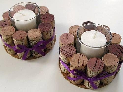 Rolhas de vinho coladas a um círculo de cortiça fazem as vezes de suporte para a vela: uma decoração delicada e fácil de fazer Foto: Reprodução da internet