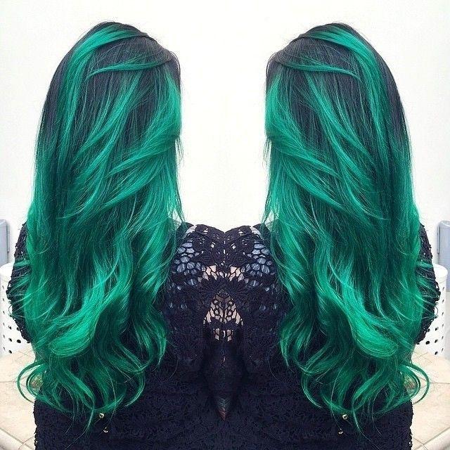Chica con el cabello en color verde