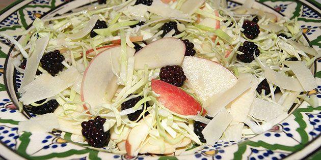 Lækker sprød salat med søde brombær, friske stykker æble og spidskål, som er både smager dejligt og er fyldt med vitaminer.