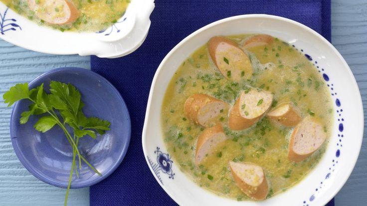 Einfach und blitzschnell gemacht und so lecker – die löffelt man gern aus: Erbsencremesuppe mit Geflügelwürstchen | http://eatsmarter.de/rezepte/erbsencremesuppe