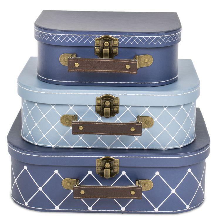 Alice & Fox Pappväska Square Dots 3-pack är ett set med tre väskor i en praktisk och snygg blå design. Med ett handtag i läderimitation och litet metallknäppe passar dessa väskor som förvaringsbox, leksak, och även som väska när ditt barn är på resande fot.<br><br>Mått stor väska: 29 x 20 x 9,3 cm.<br>Mått mellan väska: 25,5 x 18 x 8,5 cm.<br>Mått liten väska: 20,5 x 14,7 x 7,7 cm.<br><br>Material: Hård papp.<br><br>Färg: Blå.