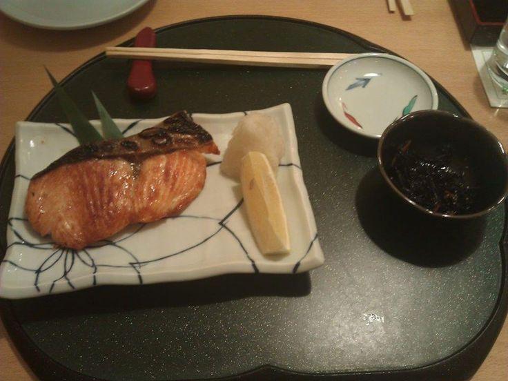 Ben başlangıç için tuzlu ızgara somon alıyorum. Porsiyonu çok büyük. Kesinlikle ana yemek olarak alınabilir. Sushi de yiyecekseniz biraz fazla gelebilir. Sade sunum ve yanında sos tabağı ile beraber geliyor... Daha fazla bilgi ve fotoğraf için; http://www.geziyorum.net/kiku/