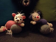 En dejlig hækleopskrift på søde hæklede mus. Musene kan både bruges som bamser og som pynt i hjemmet.