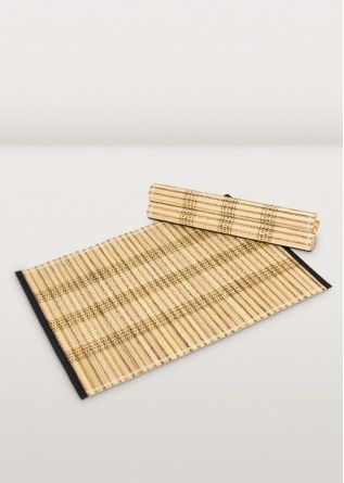 Live with nature at your table! The earthy natural colors and ribbed texture of coconut fibre make a welcoming placemat for any setting. Bound together with white and black weave and edged with a smart binding. Set of 4.