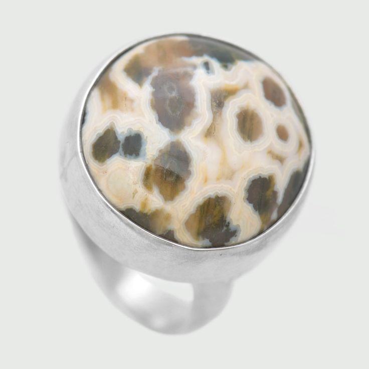 Inel din argint realizat cu agat polka dot, variantă plină de culoare a agatului. Greutate: 8.43 gr. Lungime: 1.80 cm Lățime: 1.80 cm Circumferință inel: 50 mm Piatră: AGAT