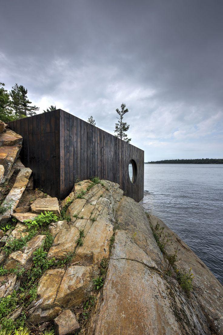 La sauna Grotto sorge a picco su un'isola privata del lago Huron e nord di Toronto, Canada. Il National Geographic ha classificato il tramonto su questo sito come uno dei migliori al mondo. Preservare questa vista straordinaria è stato il principale obiettivo degli architetti Partisans.