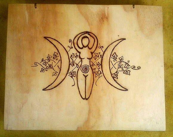 SPELLBOX ou CAIXA MÁGICA WICCA <br>Caixa em madeira com símbolos mágicos, usada para fazer feitiços ou guardá-los, para proteção e ativação de magias. Ótima também para limpar e energizar oráculos, tais como, Runas, Tarôs, Oghans e quando não estiver sendo usada poderá guardar instrumentos mágicos. Com certeza que você encontrará varias maneiras mágicas de utiliza-la, pois sua simbologia é infinitamente poderosa. <br>Na sua tampa está pirogravado Triluna representa os aspectos da Deusa…