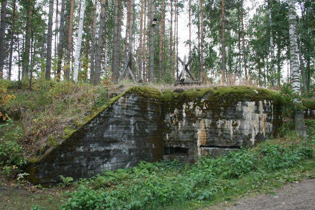 Joensuun bunkkerimuseossa kaksin kappalein teräsbetonikorsuja, konekivääripesäkkein varustettuja juoksuhautoja sekä panssarivaunujen kiusaksi aseteltuja kivenmurikoita sotavuosilta. #joensuu #finland