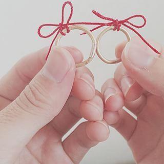 女の子なら絶対に一度は憧れる、「彼とのペアリング」。ペアリングでも最近ではハンドメイドで自分たちだけの指輪を作るカップルが急増中。そんな中、作りに行かずにお家でペアリング作り体験ができちゃう「名もなき指輪」というものがあるんです。そんなお家でできるペアリングで2人の想いを形にしましょう。