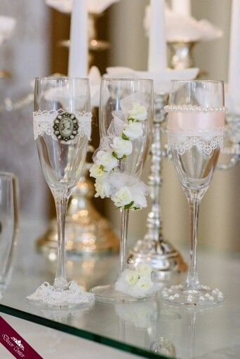 Who says that your wedding glasses shouldn't be dressed? www.decorcenter.ro #weddings #glasses #decorations