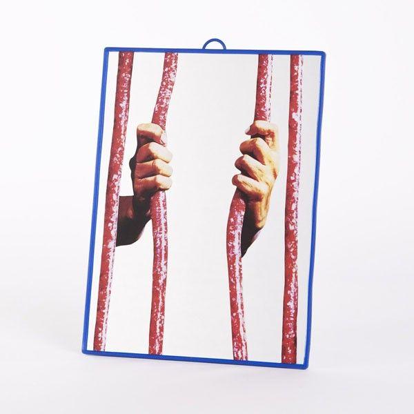 Seletti in collaborazione con Toiletpaper ,il magazine di sole immagini di Maurizio Cattelan e Pierpaolo Ferrari, disegna questo Specchio Prigione della collezione Toiletpaper. Il mix tra arte e decorazione rende questa collezione unica nel suo genere, ottima per l'arredo casa.