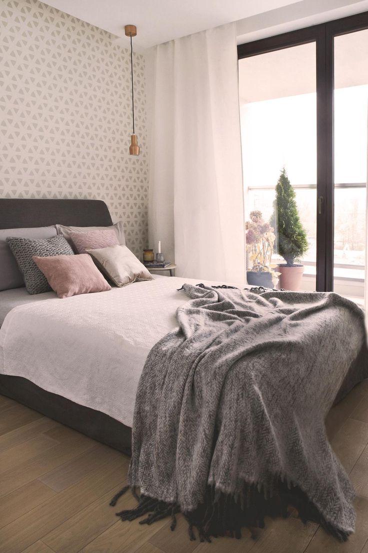 Sypialnia w szarościach w stylu skandynawskim.  Projekt homestyling.pl Fot. S. Chelis