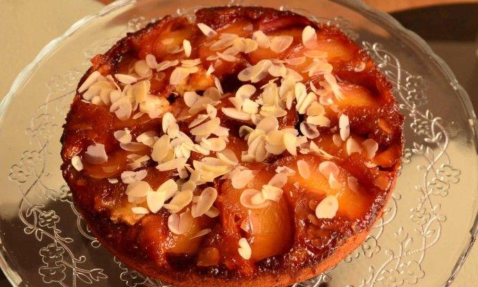 Obrácený mandlový koláč s nektarinkami
