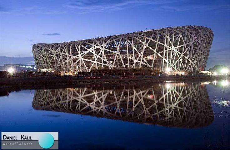 """Estádio Nacional Ninho de Pássaro em Pequim na China. O estádio é considerado """"a jóia da nova arquitetura de Pequim"""". A obra foi desenhada por uma equipe composta pelos arquitetos suíços Jacques Herzog e Pierre de Meuron, que projetaram a Allianz Arena de Munique. Inspirado nos galhos entrelaçados de um ninho, o projeto foi, de acordo com os arquitetos """"um brilhante desafio estético estrutural"""".  #arquiteturainternacional #danielkalilarquitetura #danielkalil #estadioninhodepassaro…"""