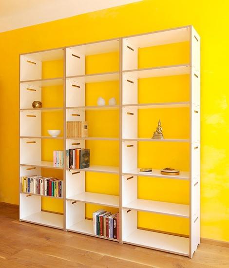 Es muss nicht unbedingt Sonnengelb sein, aber das Tojo-hochstapler Regalsystem von Tojo Möbel sieht in Anthrazit oder Weiß als Bücherregal vor jeder Wand gut aus. Und das ohne Bohren und Schrauben - einfach stapeln - unfassbar: http://www.ikarus.de/marken/tojo-mobel.html