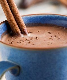 Ingredientes 2/3 xícaras) de chá de conhaque ou brandy 4 colher(es) de sopa de chocolate em pó (de preferência sem açúcar) 1 litro de leite bem quente Canela em pau a gosto Pitadas de noz-moscada 1 colher(es) de café de cravo 3 xícara(s) de chá de açúcar mascavo Modo de preparo Adicione o açúcar, o cravo, o leite, o chocolate e o brandy em uma panela no fogo e misture bem. Leve ao fogo e quando estiver homogêneo retire do fogo e sirva nas canecas. Polvilhe uma pitada de noz-moscada