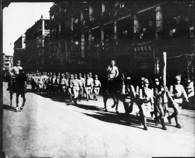 Photographs of Japanese Soldiers and of Allied Prisoners of War, 1942-1945 › #15 - Dec. 15. Fall of Hong Kong: Entry of Japanese Army