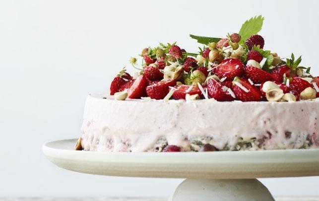 Sommerlagkage med jordbær, hvid chokolade og mandler