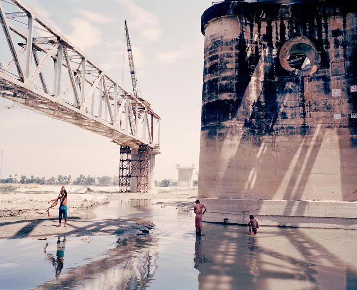 Hídépítés a Gangesz egyik mellékfolyója fölött, Bihar Province, India, 2013.