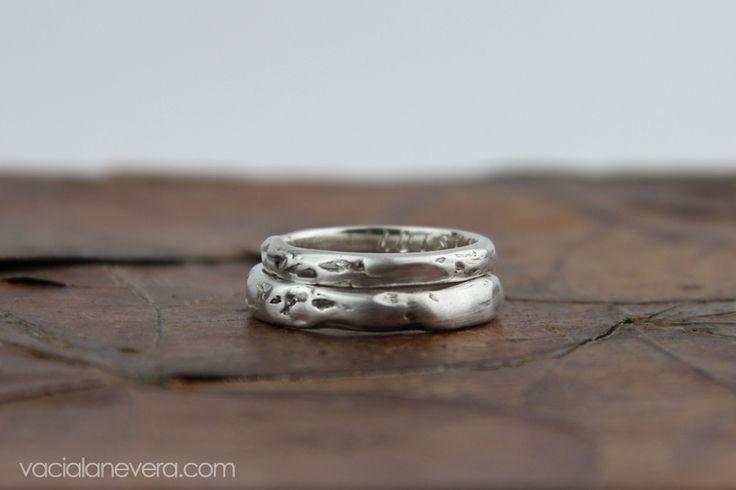 alianzas de plata, alianzas originales, alianzas para novios, anillos de compromiso, alianzas con textura. Joyería artesanal