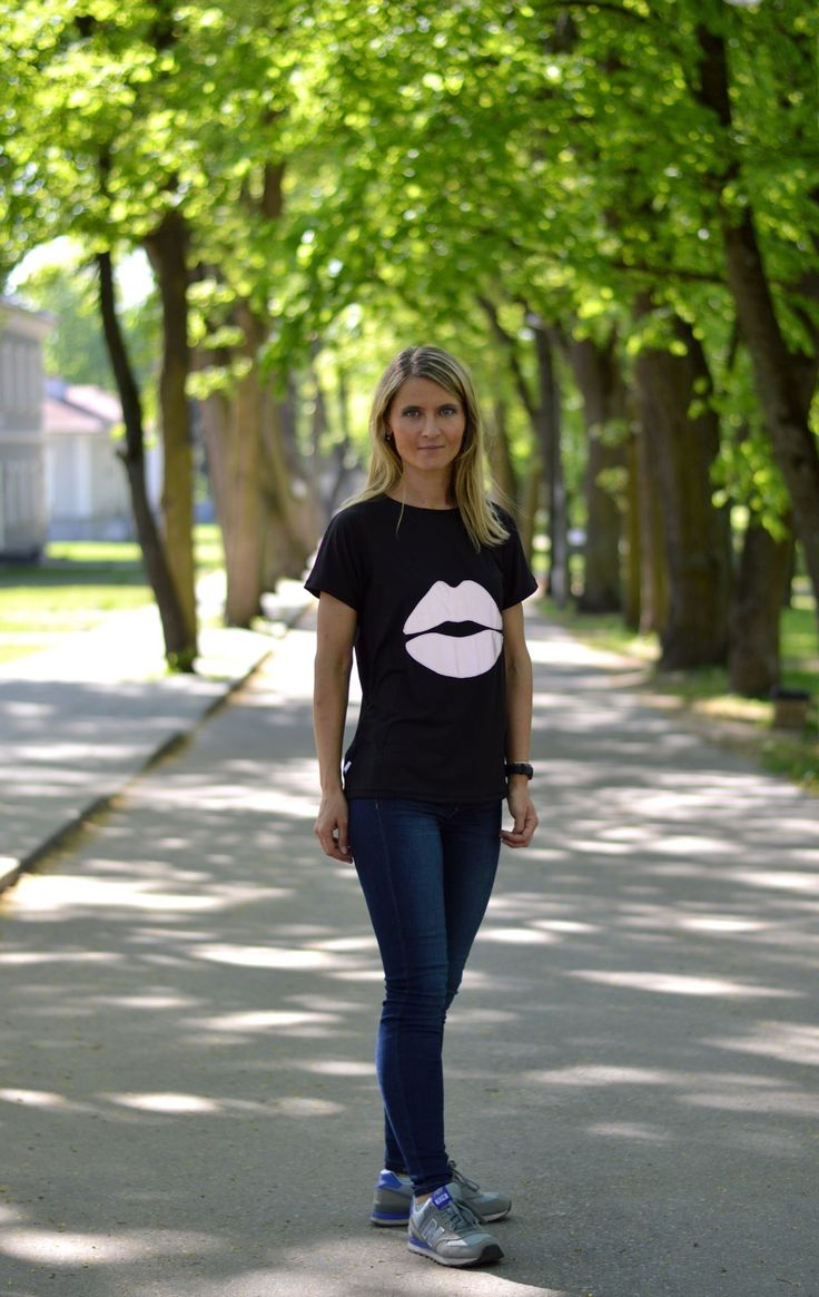 T-shirt with reflective lips.