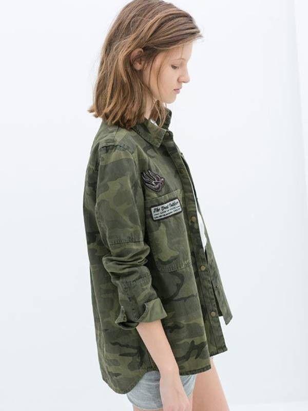Compre Camisa feminina manga longa camuflada com aplicação de patches. Disponível nos tamanhos P, M e G. Frete Grátis e Parcelamento em 12X