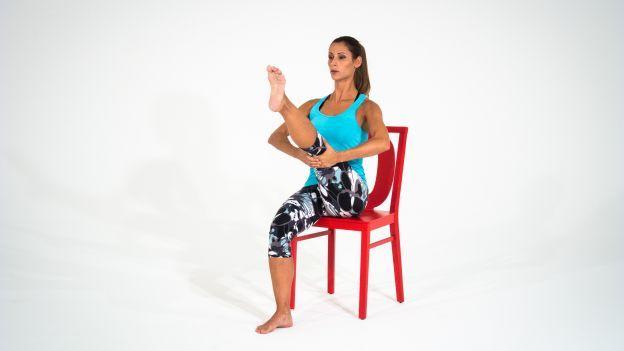 Scopri con la nostra esperta una sequenza di esercizi ideale per la colonna vertebrale e le spalle, ovviamente con la sedia!